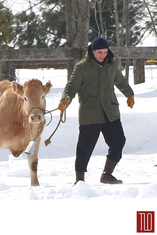 Robert-Pattinson-On-Set-Life-Cows-Tom-Lorenzo-Site-TLO (5)