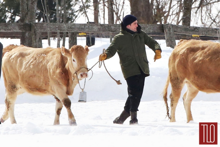 Robert-Pattinson-On-Set-Life-Snow-Cows-Tom-Lorezo-Site-TLO (4)